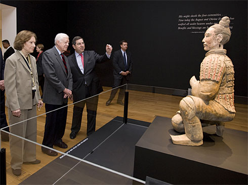 Jimmy and Rosalynn Carter preview an artifact of China's first emperor. (mychinaclub.com)