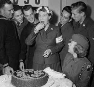 Mamie Eisenhower with Korean War servicemen and women, enjoying some cake. (Corbis)