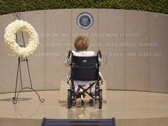 Nancy Reagan in solitude during a visit to her husband's grave. (pinterest.com)