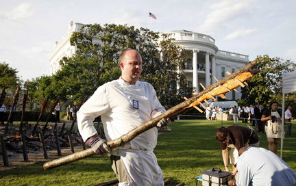 An Oregon salmon bake demonstrated at a White House picnic. (WH)