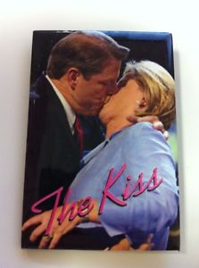 """""""The Kiss"""" square button of the Gores. (ebay)"""