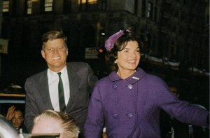 Jacqueline Kennedy campaigns with her husband weeks before the 1960 election. (pinterest)