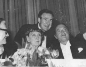 Mamie Eisenhower at a public banquet with Nelson Rockefeller and Bob Hope. (easy)