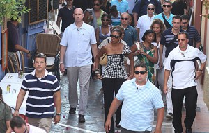 Mrs. Obama surrounded by her Secret Service detail in Spain. (andalucia.com)