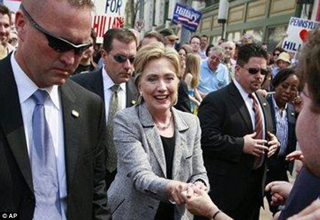 Hillary Clinton with her Secret Service detail during her 2008 presidential campaign. (hillarydaily.com)