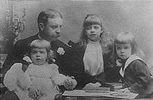 Elliott Roosevelt with his three children. (FDRL)
