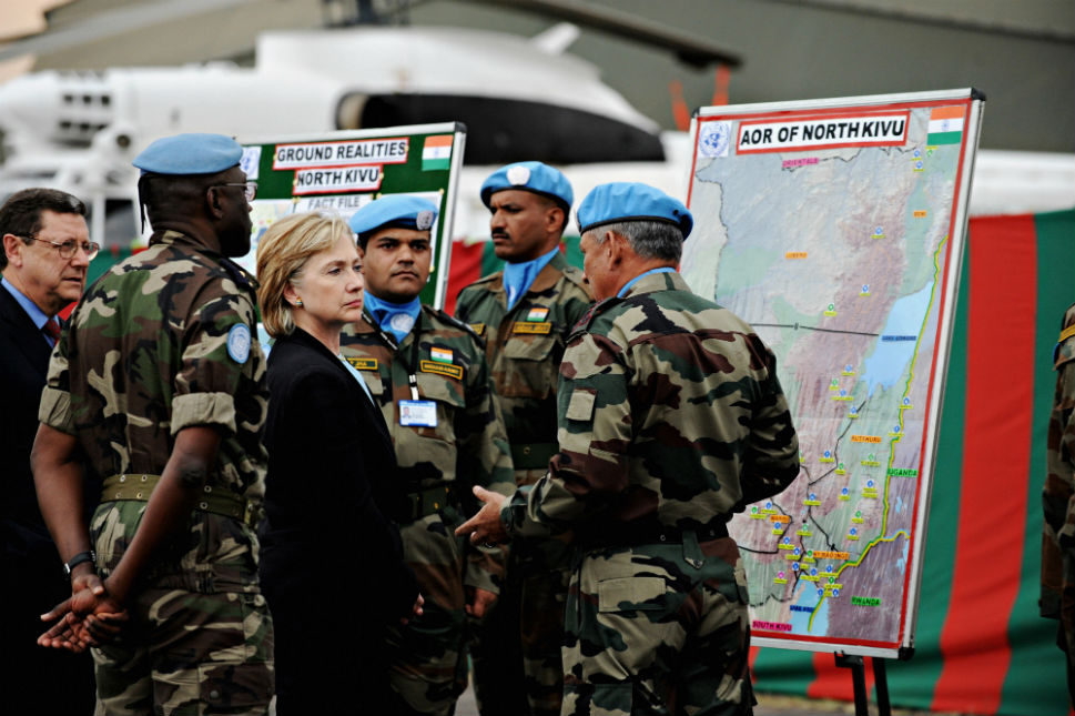 Clinton speaks with U.N. peacekeepers in Goma on Aug. 11, 2009. (Getty)