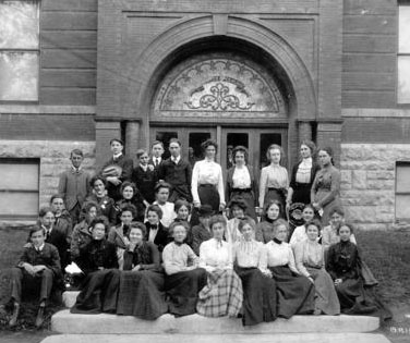 Harry Truman and Bess Wallace pose with their 1901 high school graduation class. (HSTL)