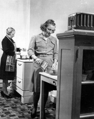 Bess Truman and her daughter Margaret cooking in their Washington apartment, early 1940s. (Life)